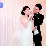 在婚宴上老婆講感受感動到喊,王浩信溫柔抹眼淚。