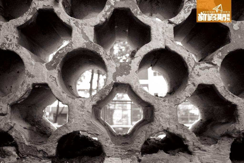 樓主指好似生活喺鐵窗邊緣