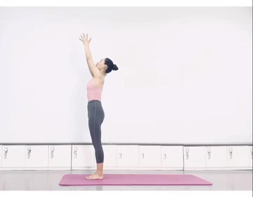 拉筋長高7式運動方法 1. 雙手合十,舉高過頭頂,感到雙手臂與背部的筋拉扯。(圖片來源:木子喬@RED)