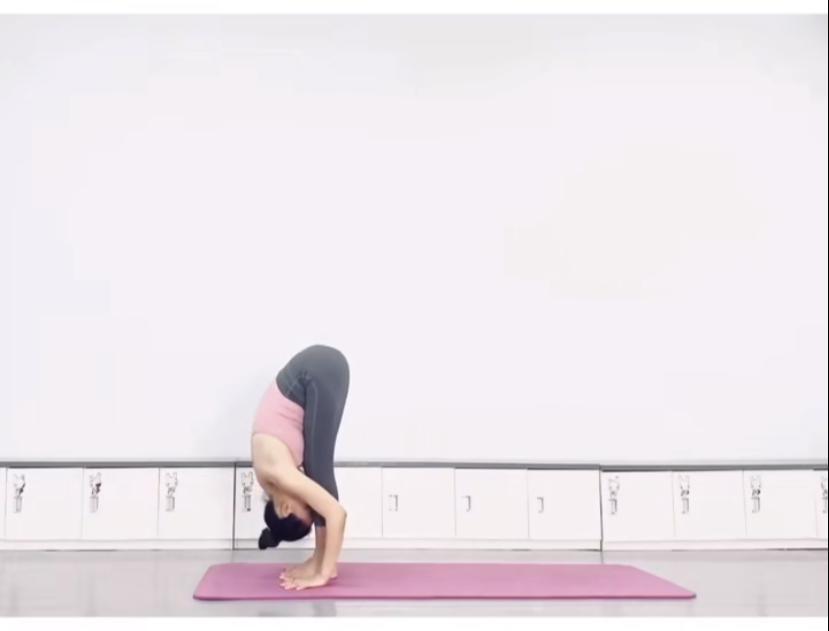 拉筋長高7式運動方法4. 上半身,屈體前前彎,並抓住後小腿處,面部埋於雙腿中間,愈近愈好。感到整個大腿、小腿後側的筋拉扯。(圖片來源:木子喬@RED)