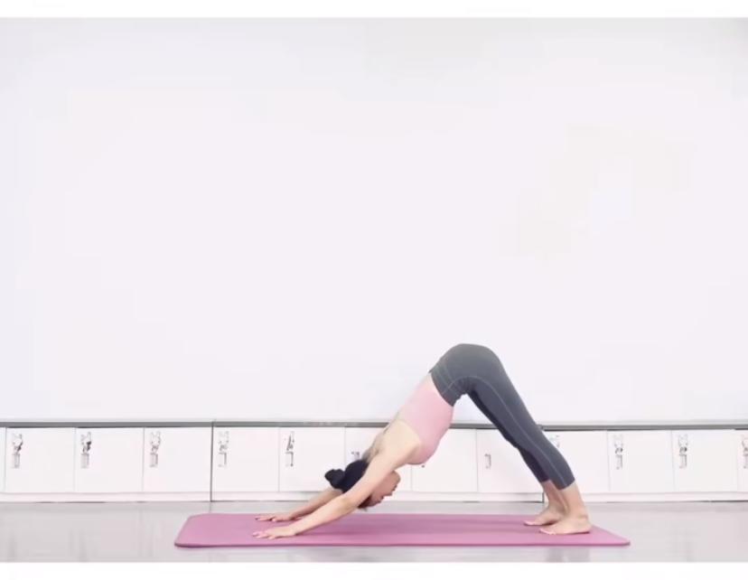 拉筋長高7式運動方法 3. 上身彎曲,手盡量向前碰地,整個背部的筋放鬆。(圖片來源:木子喬@RED)