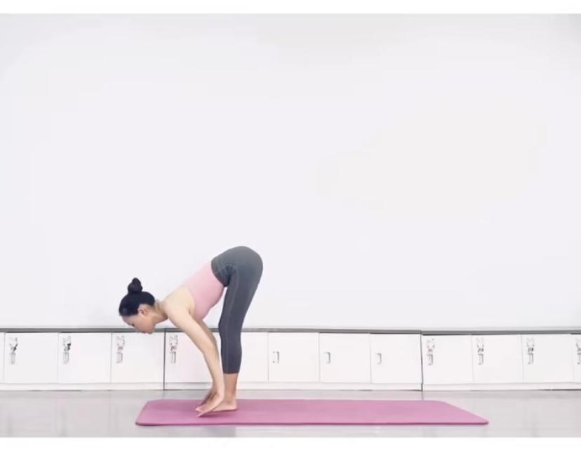 拉筋長高7式運動方法 7. 上半身,屈體前前彎,並抓住後小腿處,這一次手臂伸直。(圖片來源:木子喬@RED)
