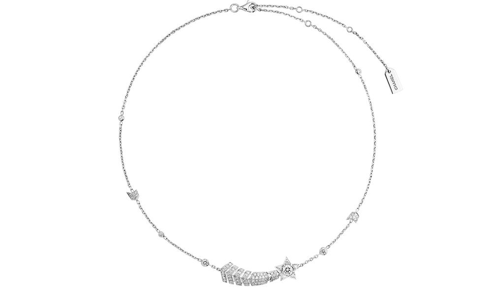 COMÈTE 18K 白金鑲鑽石頸鏈可轉換造型,將彗星吊墜拆出可當胸針佩戴。HK$ 241,700