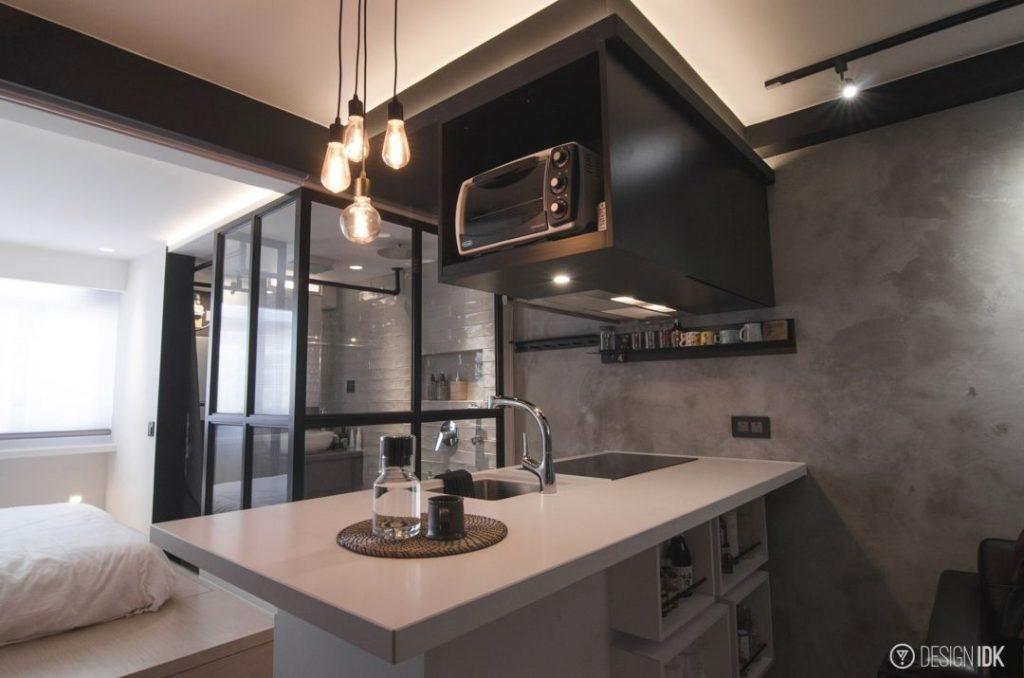 廚房就以一個簡單的吧枱,吧枱下的位置亦改裝變成層架,可擺放醬油和酒杯等廚具,同時吧枱亦作空間分隔之用。圖片來源 : IMPRESSION DESIGN WORKSHOP LIMITED