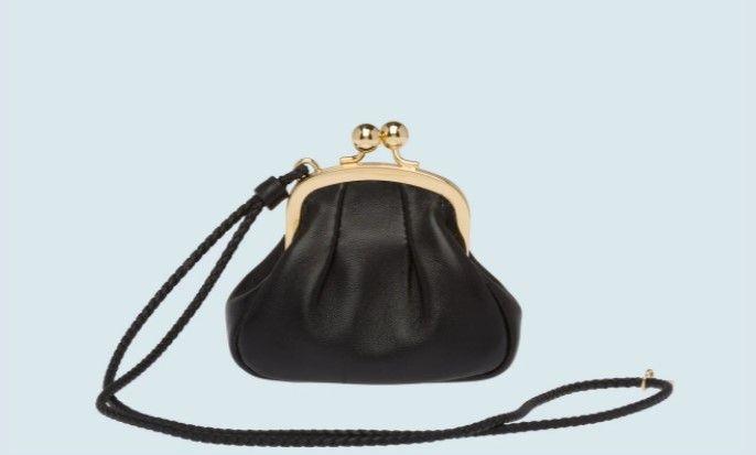 納帕軟皮迷你萬用袋 ,600 (圖片來源:MIU MIU)