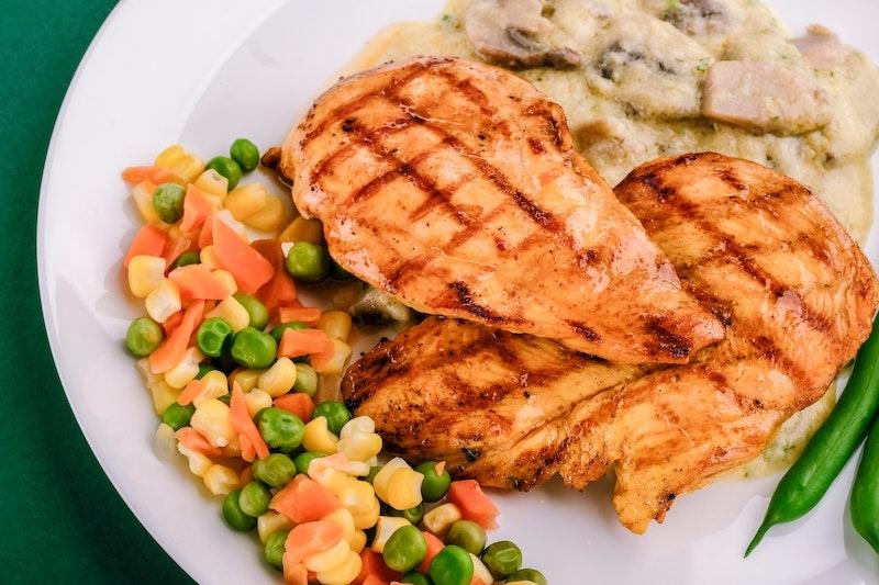 冷凍雞胸肉可保存達數個月,可參考各牌子包裝上的最佳食用日期,而且卡路里非常低,每100克約165卡路里,是減肥及增肌人士恩物!(圖片來源:unsplash)