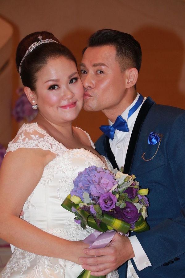 2017年迎娶拍拖多年的化妝師太太莫家慈(圖片:東星娛樂)