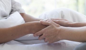 妻子患癌致不育被奶奶強制離婚逐出家門深情丈夫堅守承諾默默守護前妻