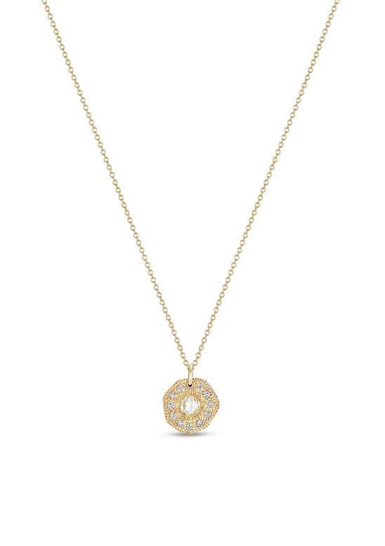 這款Talisman圓牌項鍊鍊長42公分,在飾鍊的39公分處有一個可調節環。 鑿點金工鑲嵌的18K黃金圓牌,映襯了中央黃色鑽石原石的天然個性。周圍以圓形明亮式鑽石圍繞,鑽石總重約0.38卡。